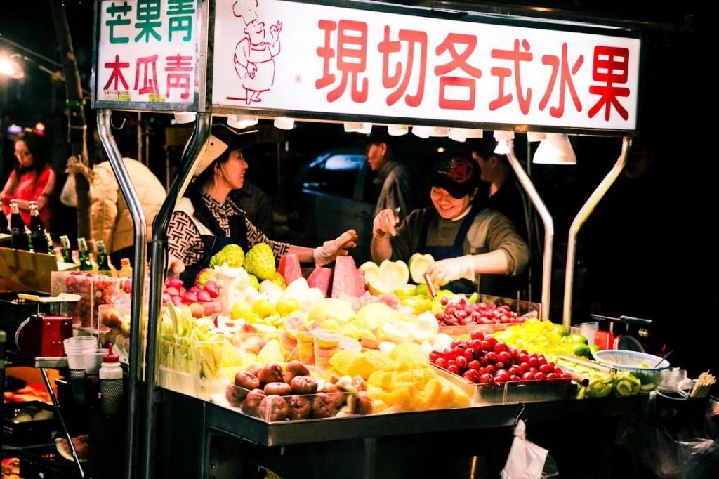 Echoppe de fruits au marché de nuit